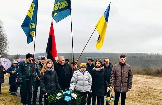 Покладання квітів до пам'ятника головному командиру УПА Роману Шухевичу